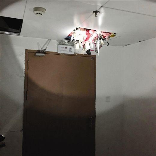 男子偷藏2000多件女性内衣裤压塌天花板图