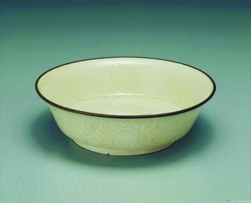 台北故宫博物院藏被宋定窑镶银口刻花碗