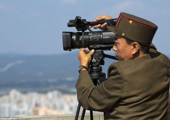 摄影师记录朝鲜电影的拍摄现场