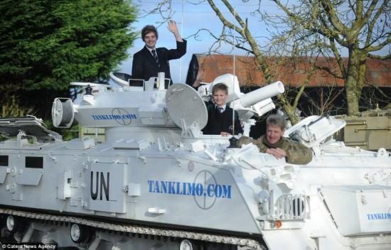 老爸开坦克送子上学惊呆小伙伴