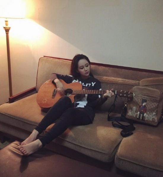 杨紫赤脚弹吉他变身朋克少女