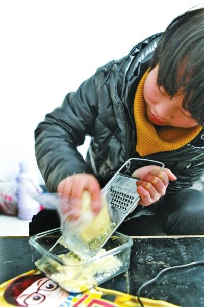 郑州大一女生满头白发 边上学便照顾植物人妈妈