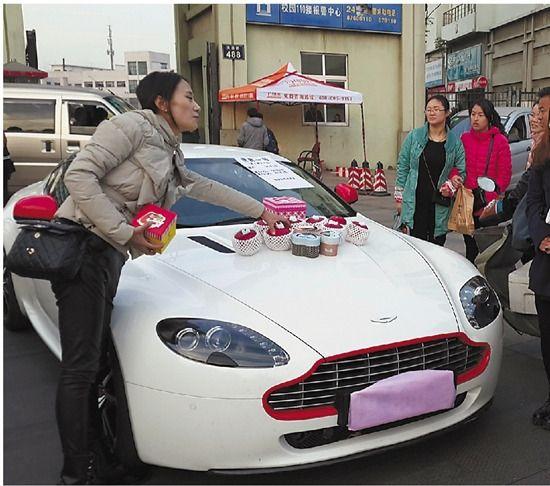 女大學生開近千萬豪車街頭賣蘋果稱為鍛煉(圖)