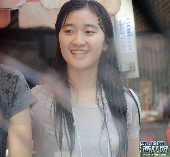 记者实拍老挝泼水节湿身少女组图