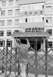 老人希望学校能让他们继续晨练 本报记者刘长宇摄