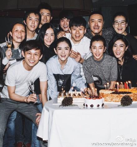 星好友一起庆生的合影.照片中,张杰和谢娜恩爱现身,李冰冰、范