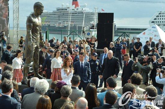 C罗为自己的雕像揭幕