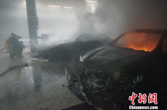 宁波一4S店存有30多辆宝马车间起火被烧毁2辆