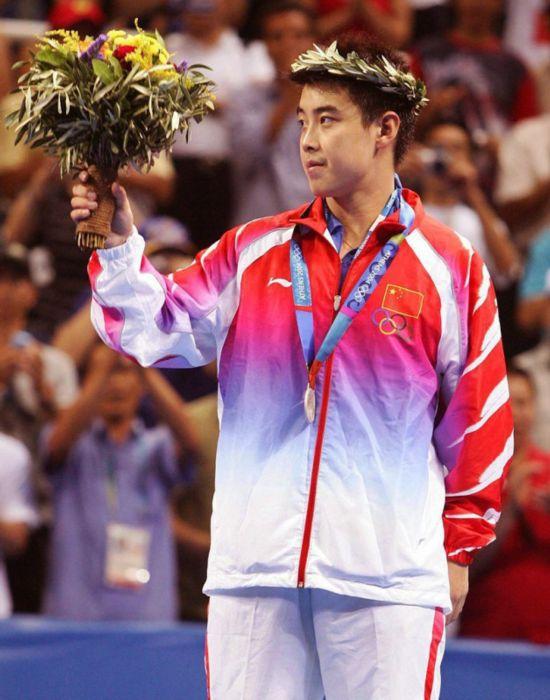 2004年8月23日,在雅典奥运会乒乓球男子单打决赛中,中国选手王皓总比分2:4不敌韩国的柳承敏屈居亚军。