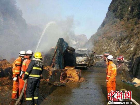 云南昭通7车相撞4车起火致3人死亡2人受伤