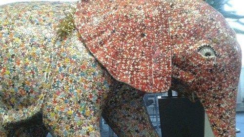 为募善款,英国艺术家用旧的七巧板拼图搭造出一个1.2米高的大象。