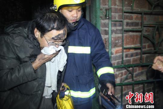 广西一着火居民楼逃生道被浓烟封锁5名被困者获救