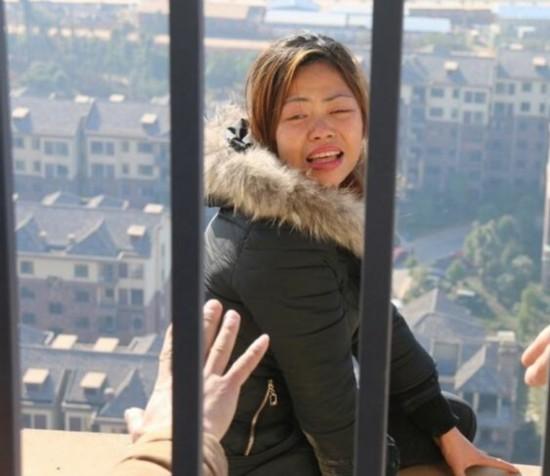 女子因民工丈夫墜亡無人賠償:爬上28層高樓欲與丈夫同去/圖
