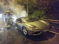 香港一辆法拉利行驶中起火无人受伤(图)