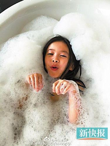 刘涛女儿洗泡泡浴嘟嘴卖萌网友:长得像妈妈(图)