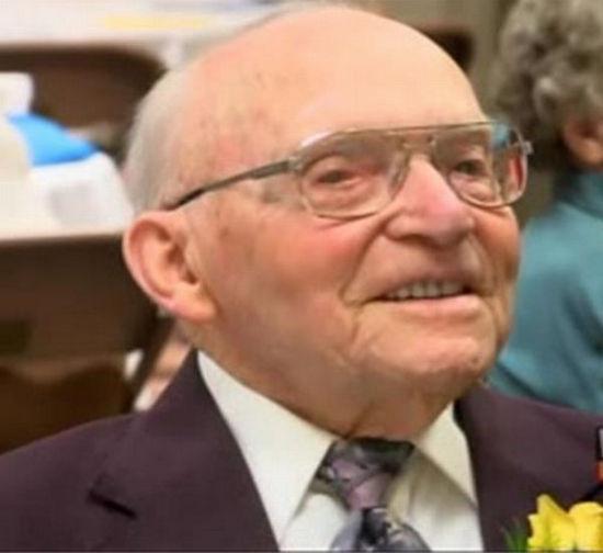 美國最長壽男子中風臥床后去世 享年110歲(圖)