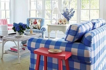 蓝色的条纹沙发带来海洋气息