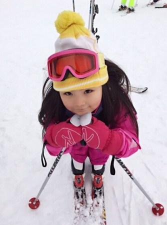 李湘晒王诗龄滑雪照 网友:小妞瘦了头发长了