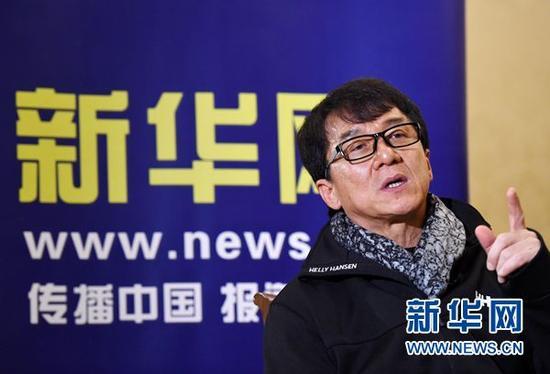 12月23日晚,在京宣传新片《天将雄师》的成龙接受新华网《新华访谈》独家专访,正面回应房祖名涉毒事件。新华社记者 陈晔华 摄