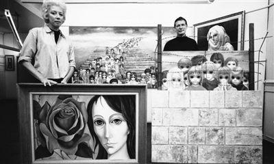 1965年,玛格丽特与沃尔特合影,他们身后墙上挂的就是画有100个孩子的《明日永恒》。Bill Ray 摄