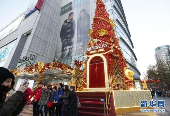圣诞节的脚步愈来愈近,上海的大街小巷、各大商场装点着圣诞装