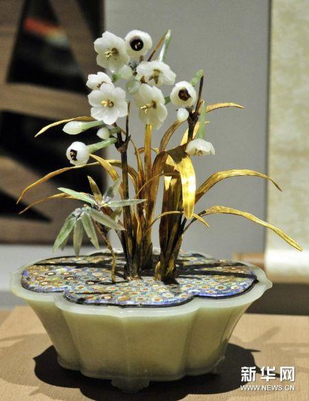 """12月24日拍摄的在台北故宫博物院展出的清""""金叶玉卉水仙盆景""""。"""