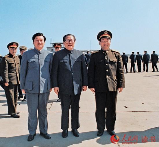 1990年4月8日,李长春与沈阳军区司令员刘精松在锦西机场迎接来辽视察工作的中共中央总书记江泽民。