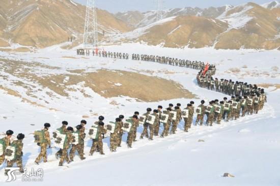 新疆七百官兵冰天雪地野营拉练
