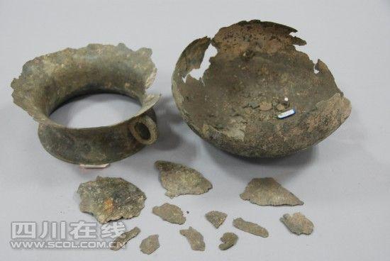 荥经青铜双耳釜修复前(图片由四川博物院文保中心提供)