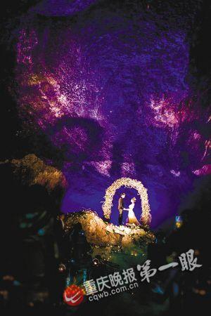 洞穴被灯光照亮