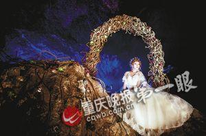 绚丽灯光照耀下的新娘