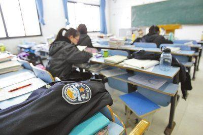 """河南警察学院考研的学生们用警服占座位,算得上""""最强占座法""""了吧。"""