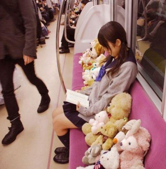 日本地铁奇葩多:神睡姿男、吸盘女、占座熊(图)(4)
