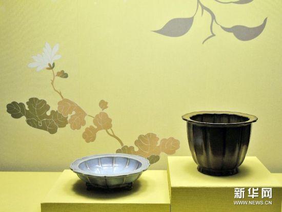 """12月24日拍摄的在台北故宫博物院展出的清雍正""""仿钧窑瓷莲花式盆托""""(左)。"""