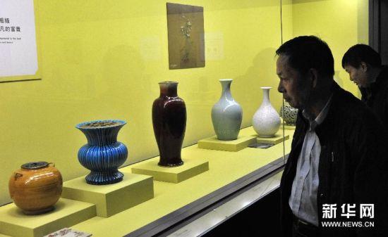 12月24日,观众在台北故宫博物院欣赏明清花器。