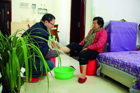 罗浩给母亲洗脚