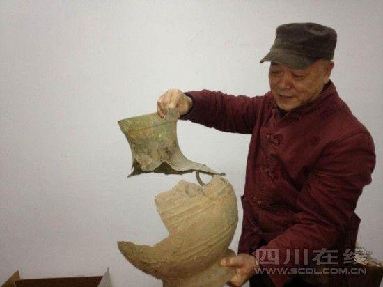 杨晓邬整理尚未修复的青铜器(吴晓铃 摄)