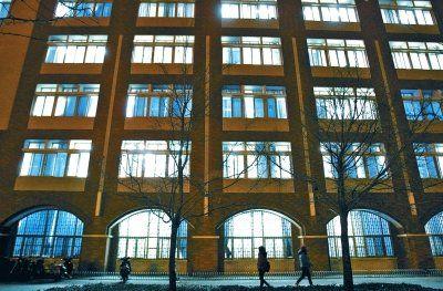 """郑大水利与环境学院的自习室深夜仍灯火通明,不知有多少考生在这24小时""""长明教室""""里进行最后的""""冲刺""""。"""