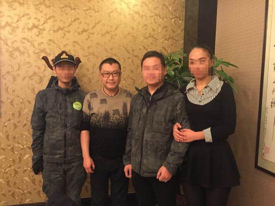尹相杰11月28日曾与粉丝合照 体型略显消瘦