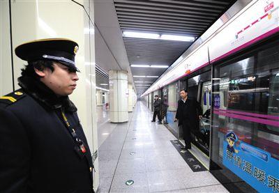 昨日21時40分,由天通苑站開往宋家庄站的5號線末班車抵達磁器口站。新華社發
