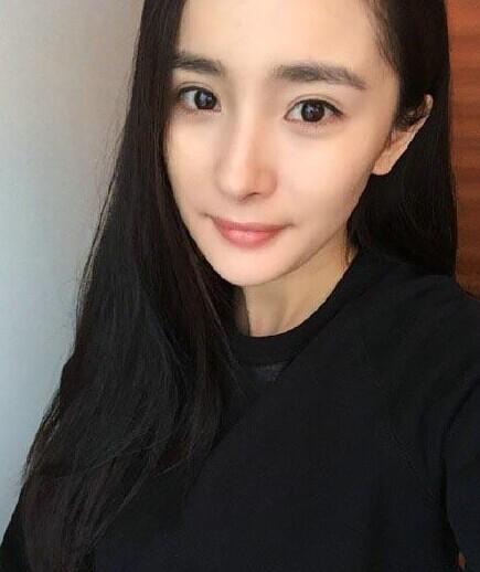 杨幂晒超近距离素颜 网友惊讶:这没化妆?