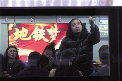 建國門站,乘客在地鐵上。當天是北京地鐵票價2元時代的最后一天。