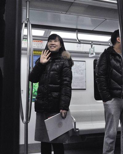 一位女士成为北京地铁2元时代最后一位购票的乘客。新华社发
