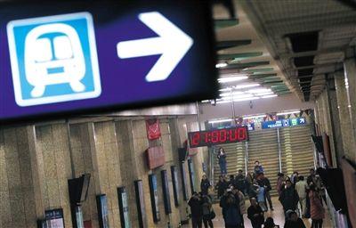 昨日21时,东直门站,不少乘客举起手机拍摄时钟。因为调价系统升级,北京地铁21时停止售票,只出不进。