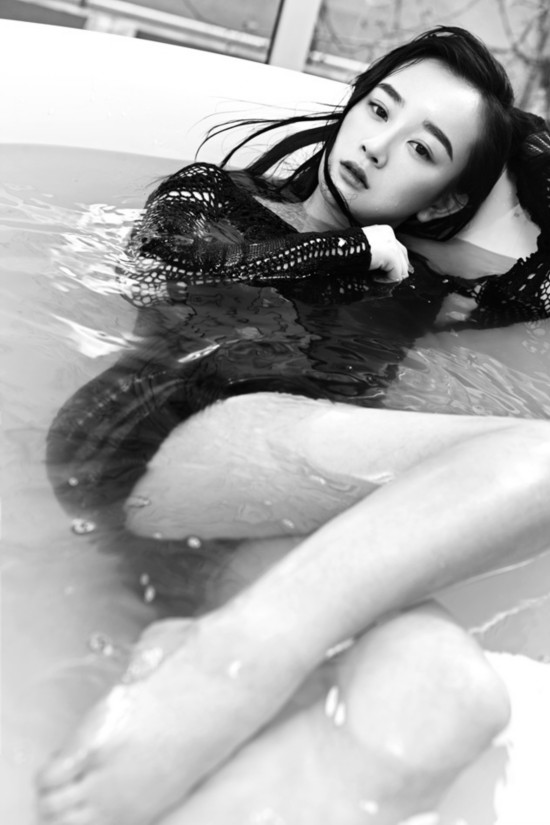 张檬庆生拍浴缸黑白写真 湿身出镜诱惑妩媚/组