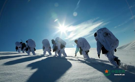 驻疆部队雪山拉练景色壮观