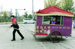 謝淑華拉著這輛人力板車,帶著91歲老母親出游