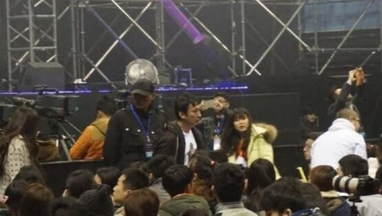王思聪携女友看演唱会引围观 多名美女同行