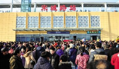 河南鄭開城鐵開通 省委書記省長和市民玩自拍(圖)