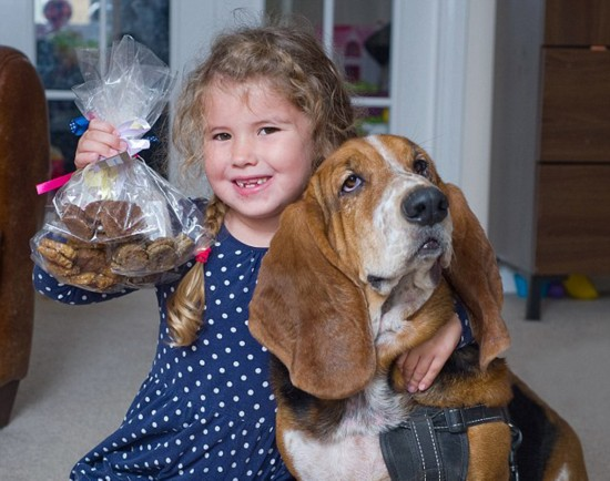 英国6岁娃网上卖狗饼干畅销全球 打算攒钱买房
